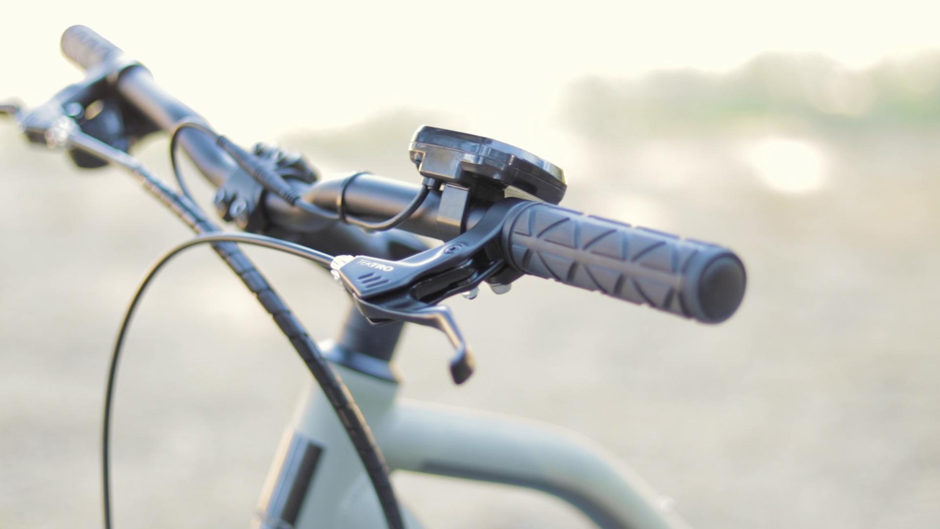 electrified-reviews-izip-trlz-electric-bike-review-handlebars.jpg