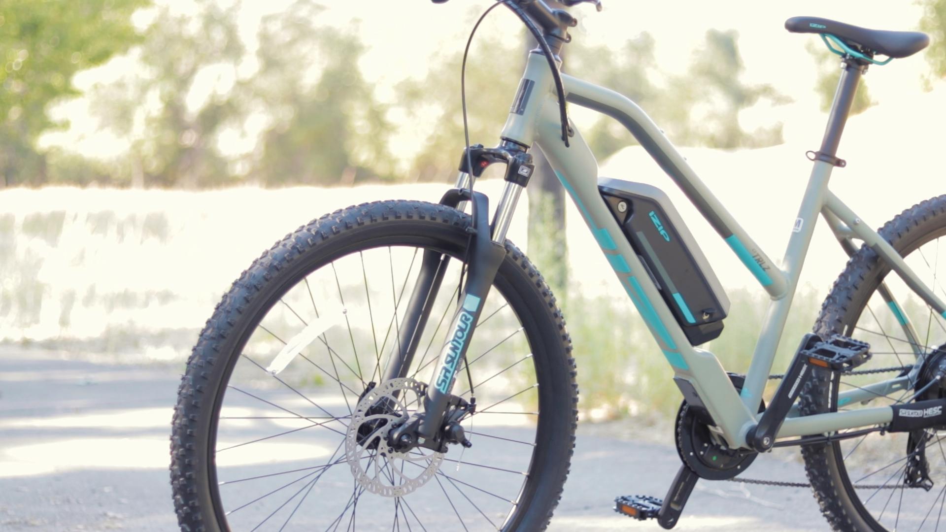 electrified-reviews-izip-trlz-electric-bike-review-suntour-xce-suspension-2.jpg