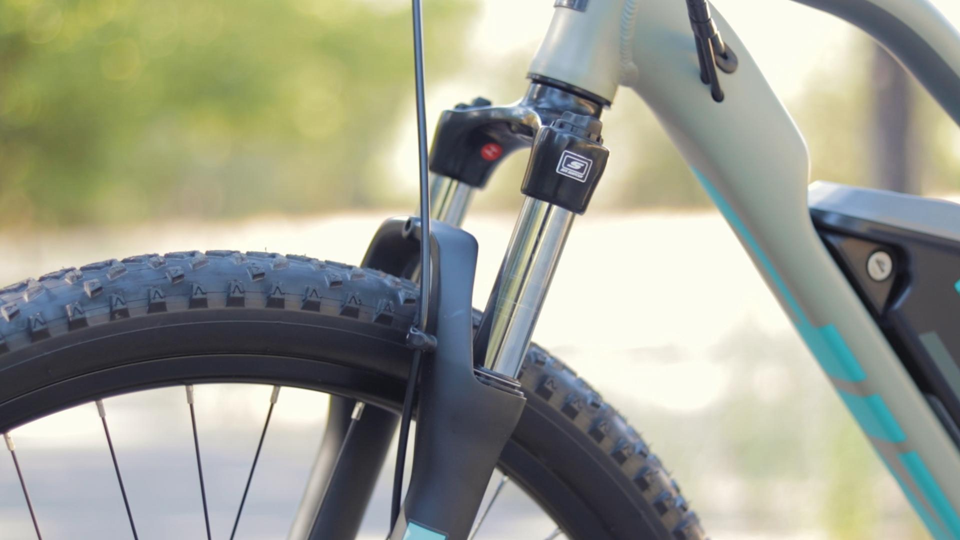 electrified-reviews-izip-trlz-electric-bike-review-suntour-xce-suspension.jpg