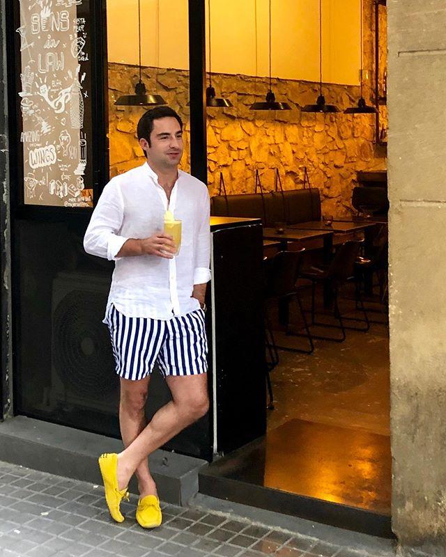 open door policy at @sons.in.law. — 📸: @jonathanskudlik 🙏🏻 — #sonsinlaw #brudisbar #machthochdietür #vacanze #barcelona #opendoorpolicy #bcn #bar #cocktails #sprezzatura
