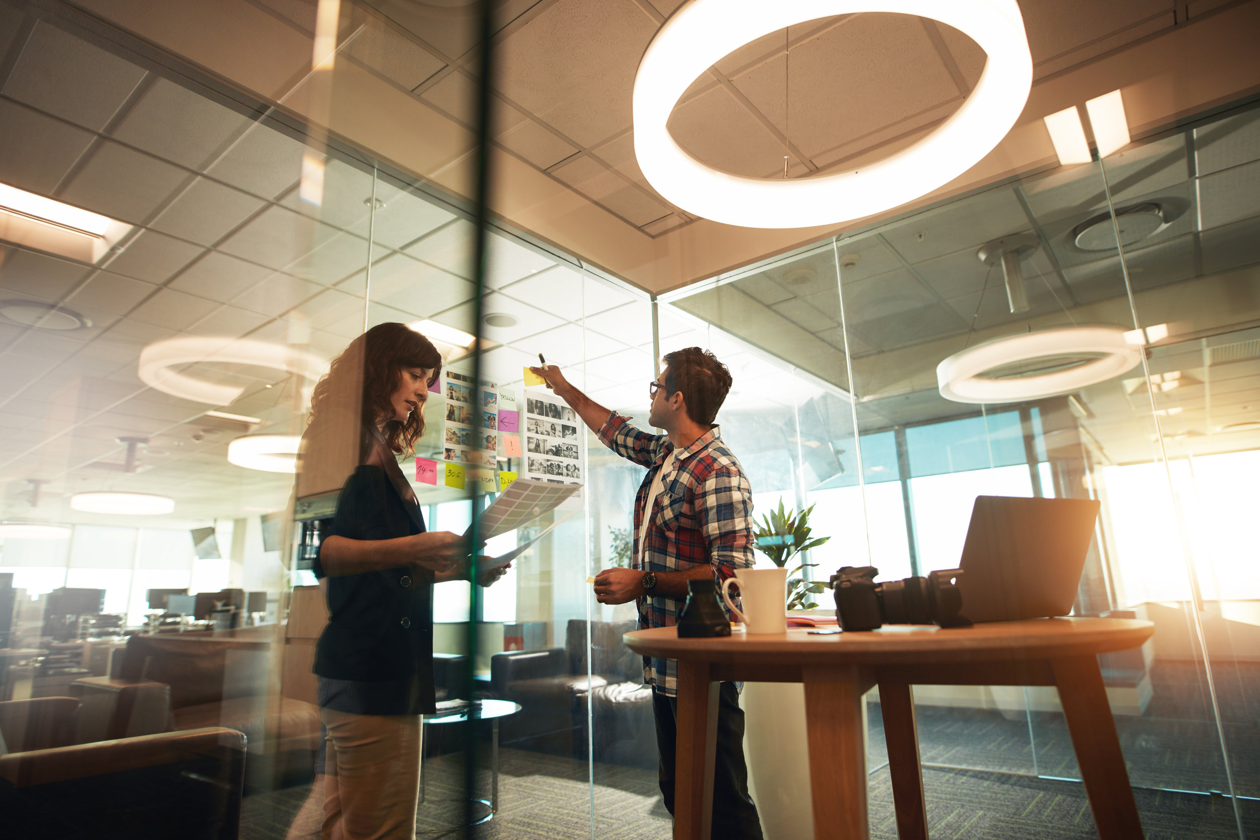 New Work benötigt Wissen. - Offezio bündelt das Wissen um den jeweiligen Tätigkeiten im Büroalltag den richtigen Raum zu bieten. Ob analytische Einzelarbeit, kreative Kollaboration oder vertrauliche Besprechungen - durch unser Wissen haben wir funktionierende Module entwickelt, welche Mitarbeiter dabei unterstützen und dabei Ihr Wohlempfinden fördern.