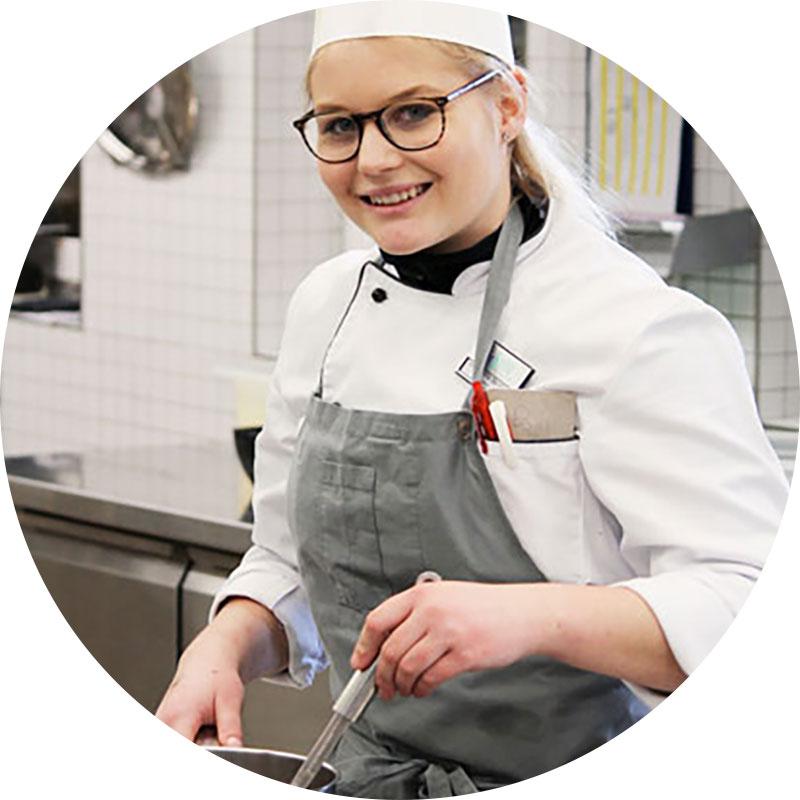 «Ich finde die App toll. Es gibt so viele Sachen und hilfreiche Tipps, die man auch als Mitarbeiter ausprobieren kann, um Food Waste zu reduzieren. Zum Beispiel, wie das Buffet dekoriert werden kann oder welche Platten man verwenden sollte.» - Ann-Sophie Bernhard, Finalistin Gusto18, Köchin aarReha Schinznach