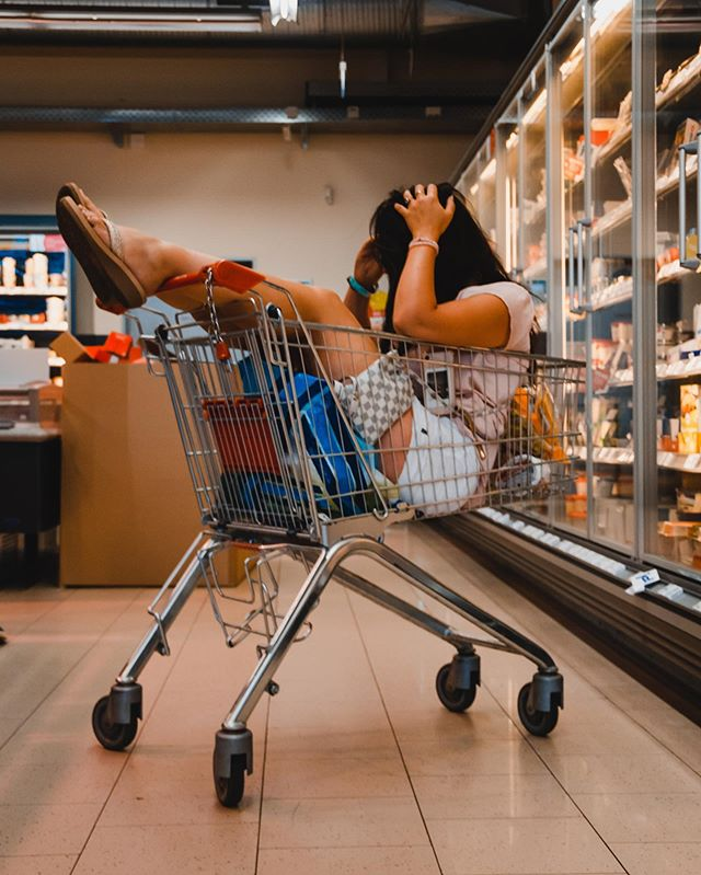 Einkaufen mit Mama und Sven be like.. #UNSEREKATZEISTWEG
