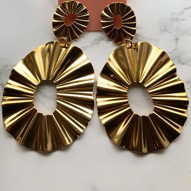 CHRISSY 💛 #londonfashion #diamondearrings #ladiesjewelry #statementearrings #jewelry #earrings
