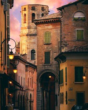Reggio Emilia centre. Photo by  Dario Veronesi  on  Unsplash
