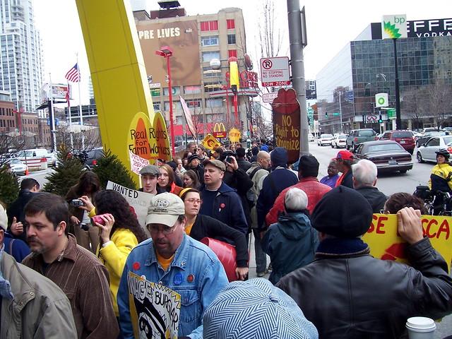 200 CIW marchers in front of McDonald's on Clark ( Carlos Fernandez )