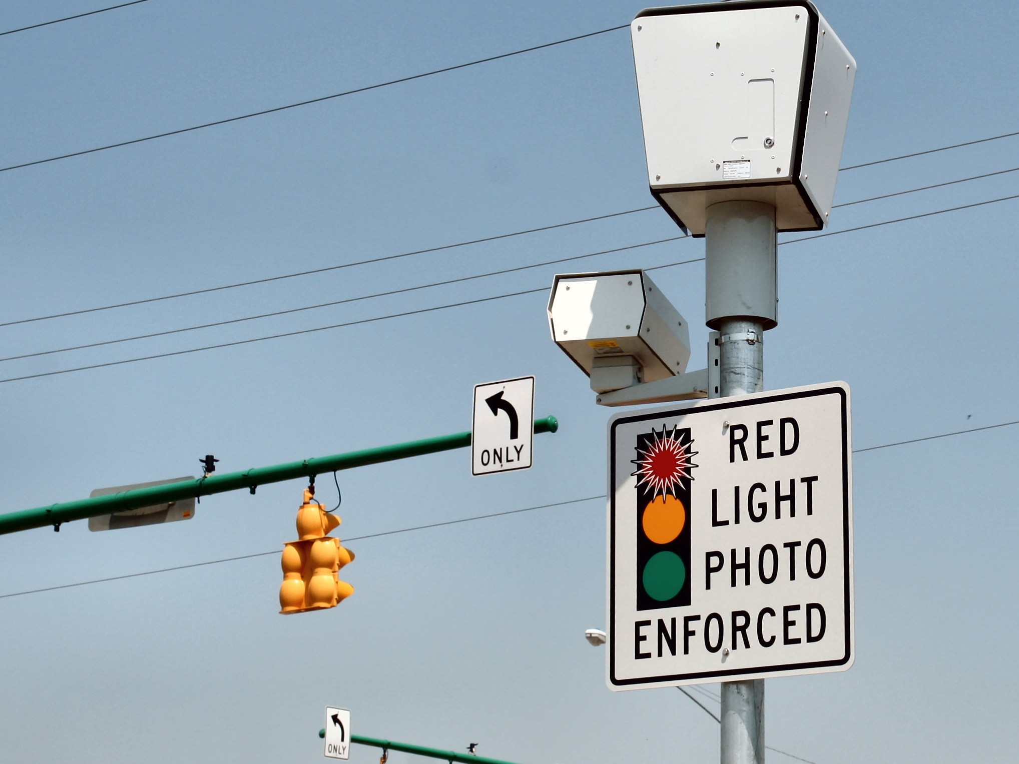 Stop light camera at an intersection. (Photo Credit:  Wikimedia Commons .