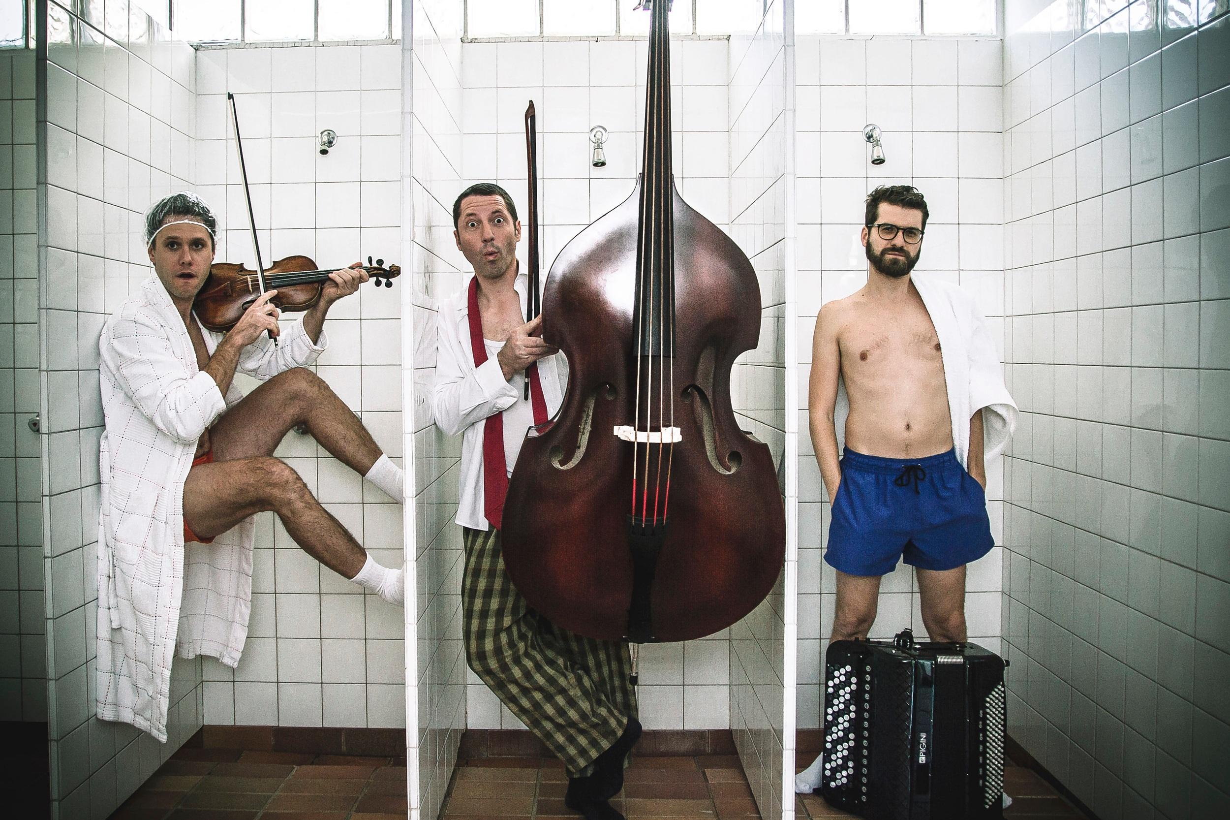 Folksmilch - Christian Bakanic - Accordeon & Percussion, Klemens Bittmann - Violine & Mandola, Eddie Luis - Double Bass & Singing