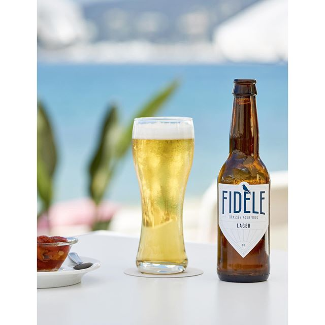 Conception packaging @fidele.beer Shoot by le talentueux @anthonylanneretonne chez @les.bains.deli.bo ._. #branding #naming #studiobianco #communication #fidele #fidelebeer #beer #nice #craftbeer #logo #logotype #graphicdesign #graphic #design #frenchriviera #beers #shoot #shooting #jesuisfidele #packaging #beach #summer #blue #yellow
