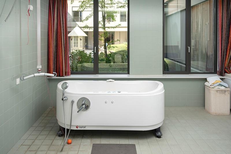 Relaxatiebad - Niets boven een heerlijk bad om volledig tot rust te komen. Geniet van een beetje wellness in ons aangepast relaxatiebad.