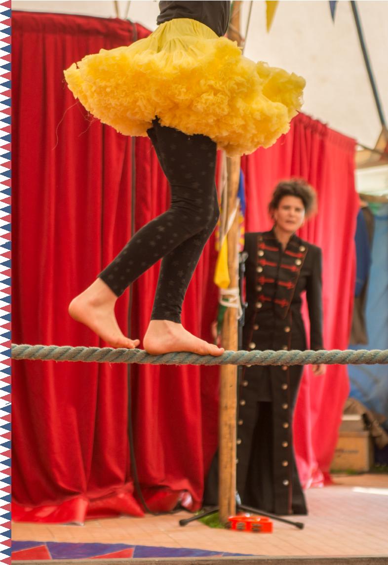 Forløb Emneuger - Cirkus Panik vender hele skolen på hoved med et cirkusforløb. Vi har i Cirkus Panik stor erfaring med at sammensætte forløb for mellem 50 – 500 børn og unge. Vi tilbyder forløb, der inkluderer alle alderstrin på hele skolen eller forløb, der fokuserer på fx indskoling eller mellemtrinet.Vi kan forvandle hele skolen til en cirkusby med telte, boder og artister, eller tilbyde kortere forløb for enkelte klasser. Vi har udfordringer til børn og unge i alle aldre.