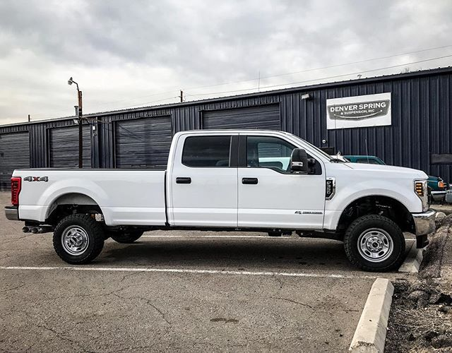 "Custom cut add-a-leaf and a 1.5"" @roughcountry leveling kit for this 2019 F350 👌 . . . . . . . #trucks #trucking #2019 #ford #localbusiness #denver #coloradotrucks #roughcountry #levelingkit #addaleaf #worktruck"