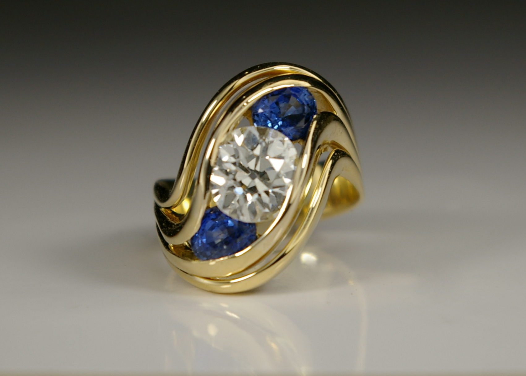 "18 Karat Yellow Gold ""S"" ring with Diamond and Ceylon Sapphires"