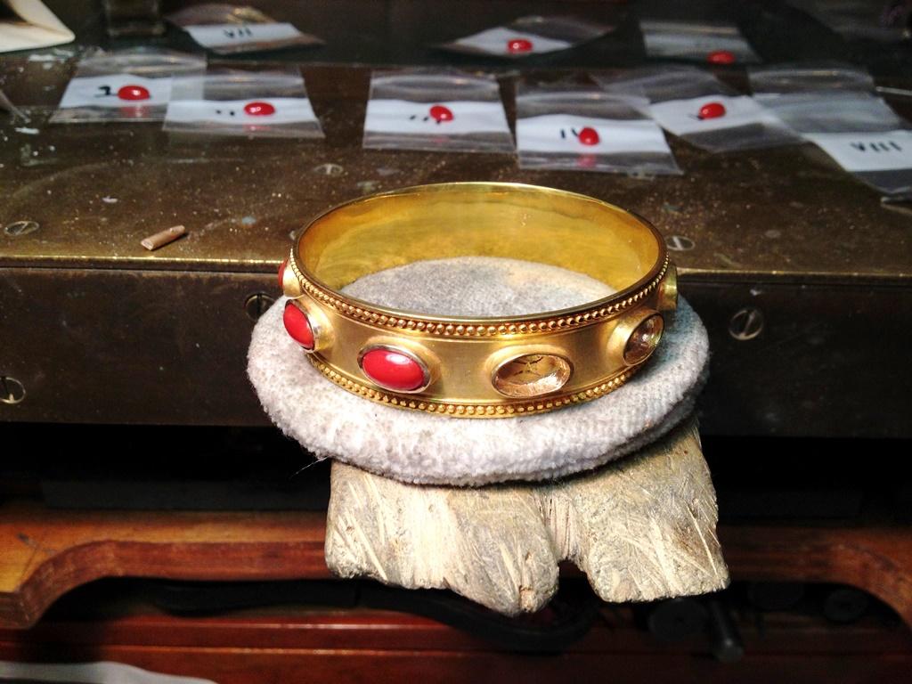 Setting-stones-in-the-22karat-bracelet.jpg