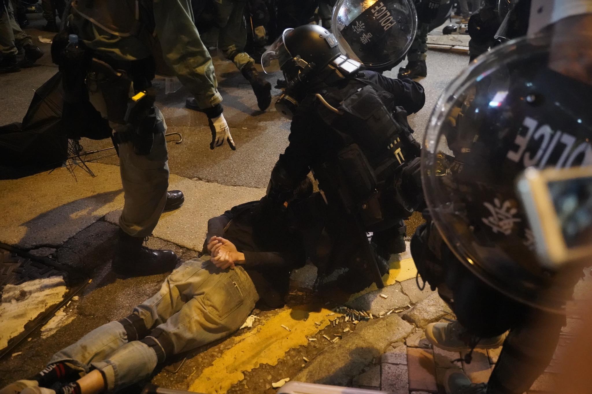 港警鎮壓反送中民眾。圖片來源:香港眾志 Demosistō/Facebook