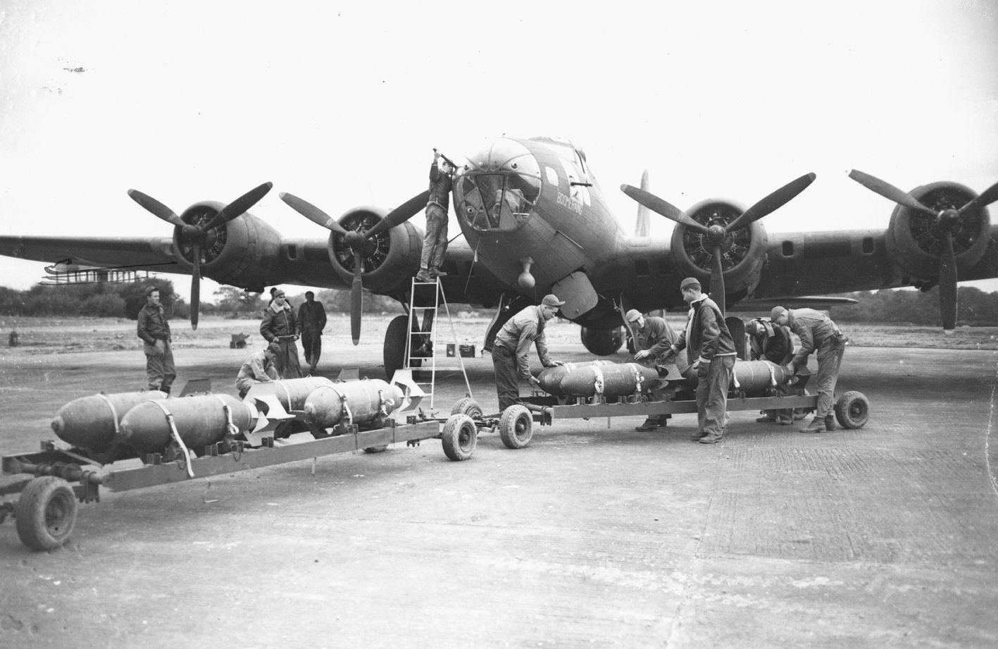 RAF_Bovingdon_-_B-17_bomb_loading.jpg