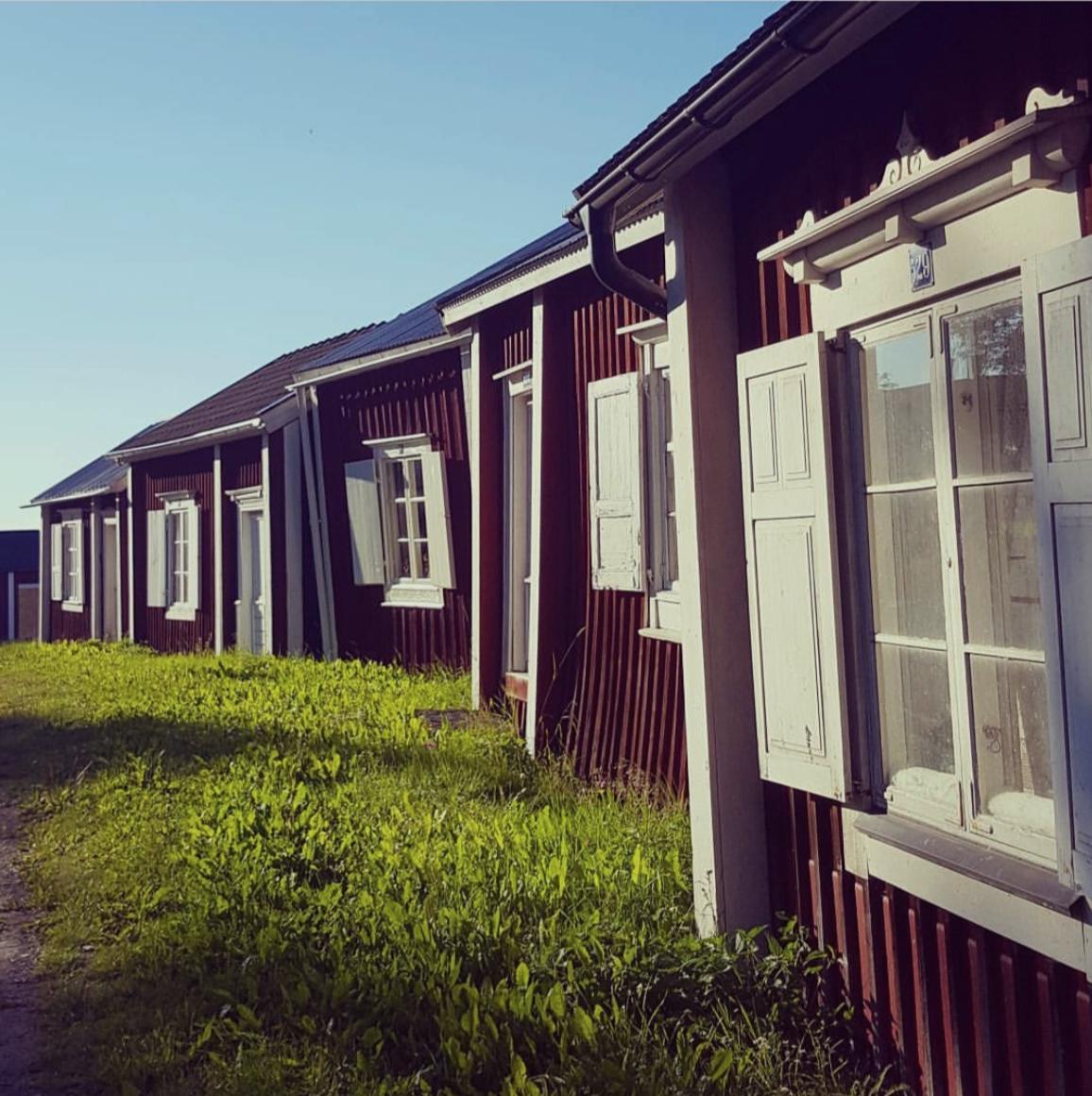BARNVÄNLIGT - GAMMELSTAD KYRKBY UTANFÖR LULEÅKyrkbyn utanför Luleå är verkligen värd en omväg, här finns gamla mysiga kyrkstugor, smala gränder, trevliga butiker och en intressant historia.Tips inskickat av: https://www.instagram.com/morsan.mia/