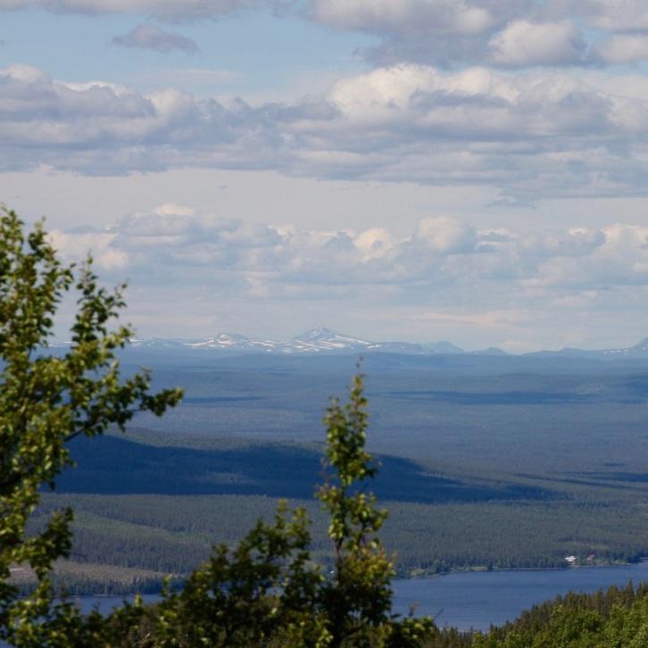 OMVÄG - NALOVARDO, SORSELENalovardotoppen (762 m.ö.h.) bjuder på en panoramavy över det vackra skogslandskapet kring Sorsele, Vindelfjällen, Vindelälvens och Laisälvens dalgångar. Toppen kan nås med bil och till fots från Nalovardo Skidcenter. Tips inskickat av: www.instagram.com/emaq
