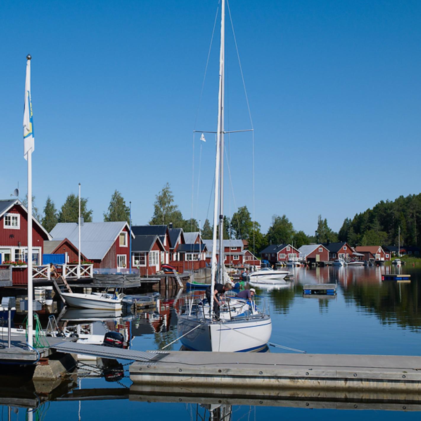sevärdhet - KUSTVÄGEN, GENOM HÄLSINGLAND & MEDELPADKustvägen är en riktig vacker turistväg som går genom skogs- och jordbrukslandskap och det är alltid nära till havet! En unik vägsträcka i nordöstra Hälsingland och sydöstra Medelpad. Här finns ett pärlband av spännande miljöer som har något för alla. Lämna E4:an och upplev den härliga kustremsan på 75 km väg som innehåller både levande genuina fiskelägen, sol och bad, Norrlands längsta sandstrand, restauranger och caféer, industriminnen, golfbanor, hotell, campingplatser och pensionat, sommar- och gårdsbutiker, ångloksbana, djur, natur och fiske.Tips inskickat av: Fredrik Fischer