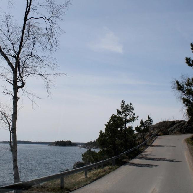 OMVÄG - STRANDVÄG I YTTERSKÄRGÅRD, NYNÄSHAMNMycket vacker väg söder om Nynäshamn som slingrar sig mellan strandklipporna, med fin utsikt där skärgården öppnar upp mot Östersjön.Tips inskickat av: Ulf Linder