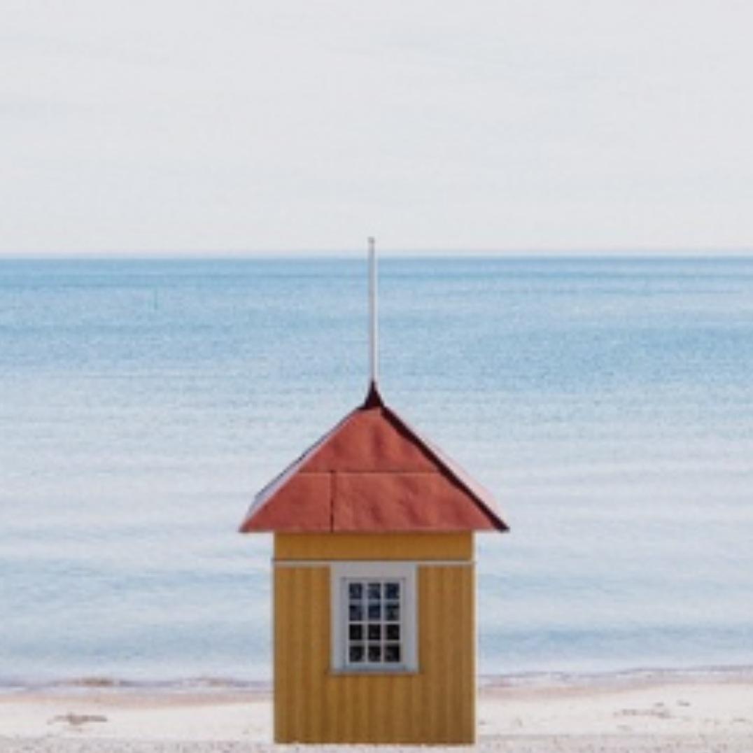 bad - BADHYTTERNA I HJOTre av de totalt nio klassiska badhytter man möts av vid stranden i Hjo. Dessa går även att hyra för en dag. Alldeles intill finns också en uppvärmd bassäng och två fyrar.Tips inskickat av: www.instagram.com/jonasanhede