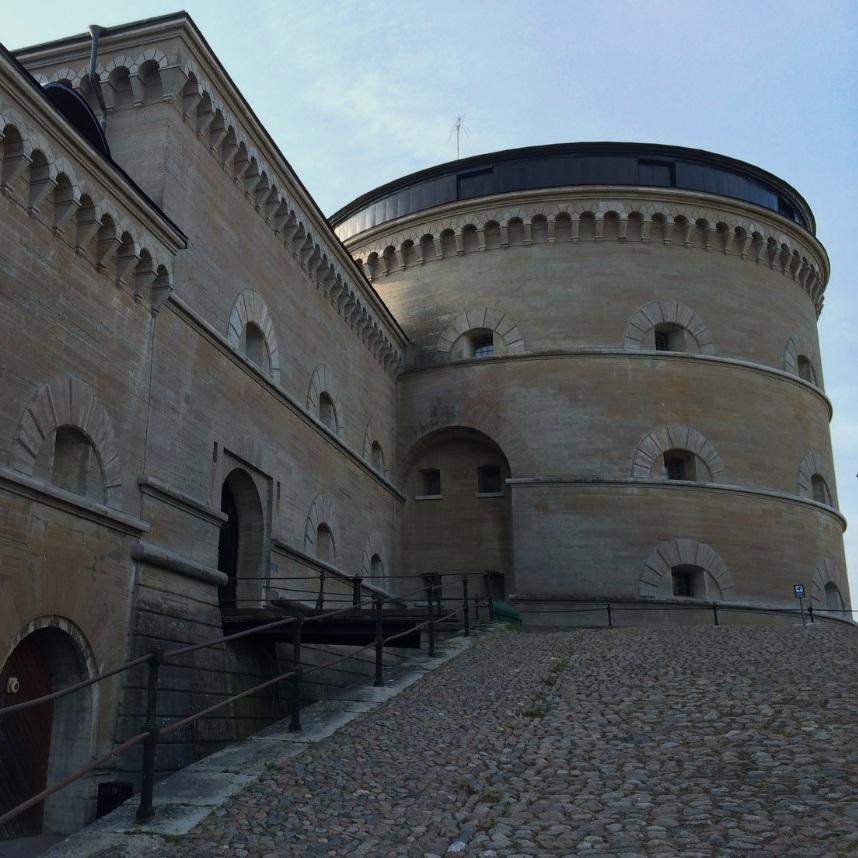 BAD - KARLSBORGS FÄSTNINGPå Vanäs Udde hittar du Karlsborgs fästning, en av Sveriges största och bäst bevarade fästningar. Här kan du gå en guidad tur, besöka museet och utforska någon av utställningarna.Tips inskickat av: Lennart