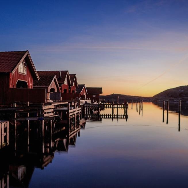 """BARNVÄNLIGT - GRÖNEMADEtt litet samhälle med pittoreska sjöbodsrader, en strand, en småbåtshamn, ett kajakcenter och Everts Sjöbod som vann Ekoturismpriset 2017. En fantastisk pärla med vackra solnedgångar. Här kan du även besöka """"Munkkyrkan"""" som är en """"grotta/stenformation"""" som mejslats fram under istiden.Tips inskickat av: www.instagram.com/jensohlsonphoto"""