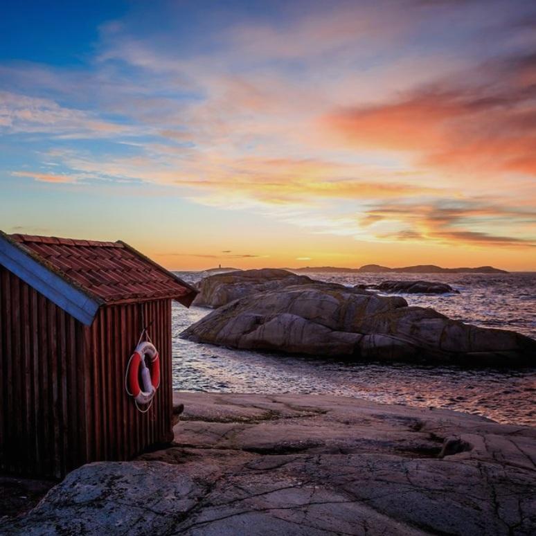 NATUR - TJURPANNANTjurpannan är ett naturreservat som saknar skyddande ytterskärgård - något som påverkat naturen i ett av Bohusläns mest exponerade fastlandsparti. Ett lättillgängligt område med fina vandringsstråk som bjuder på allt från branta klippstränder, strandängar med sällsynta växter till de mest fantastiska utsikter. Tips inskickat av: www.instagram.com/jensohlsonphoto