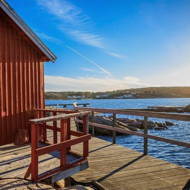 OMVÄG - HAVSTENSSUNDHavstenssund är ett gammalt fiskeläge 7 km nordväst om Grebbestad, orten nämns i norska kungasagor så tidigt som år 1196. Idag finns ett litet samhälle som hyser båthandlare, fiskare, en tångbutik och massor av härliga vyer. Här finns bland annat Målarklöva, en mer än 10 meter djup, ca 100 meter lång och ca 1 meter bred spricka i berget som man kan vandra igenom.Tips inskickat av: www.instagram.com/jensohlsonphoto