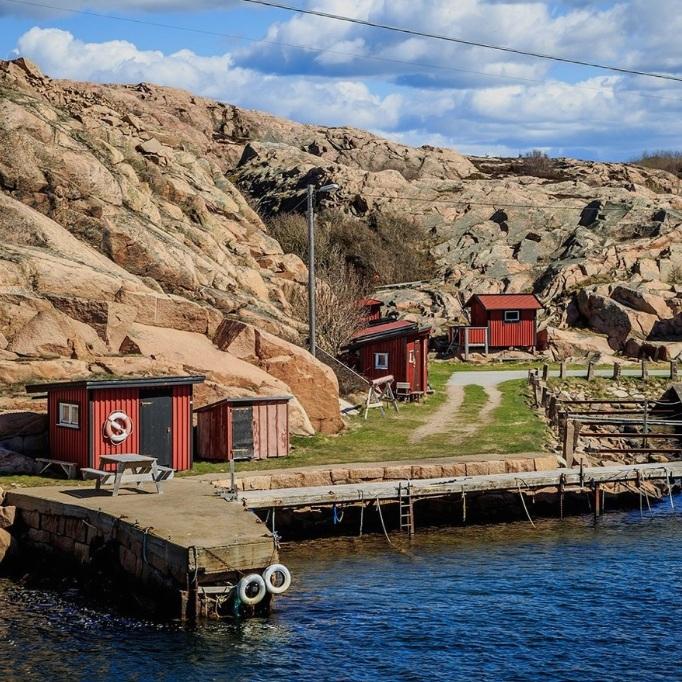 OMVÄG - SKALHAMNSkalhamn är en småort i Lyse socken beläget vid mynningen av Brofjorden strax norr om Lysekil. Här livnärde man sig förr på jordbruk, fiske och stenindustri. Idag finns det en camping, båtbryggor och en liten dansbana. En fantastisk liten pärla, väl värd ett besök.Tips inskickat av: www.instagram.com/jensohlsonphoto