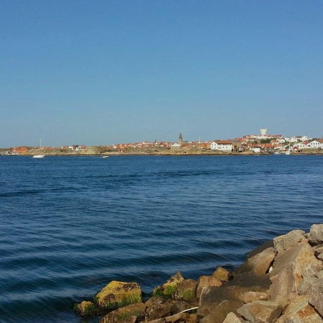 OMVÄG - SMÖGENEtt gammalt fiskesamhälle med varma kala klippor, Smögenbryggan och havet inpå knuten. En lugn, skön och avslappnad plats. Tips inskickat av: www.instagram.com/Lis1b