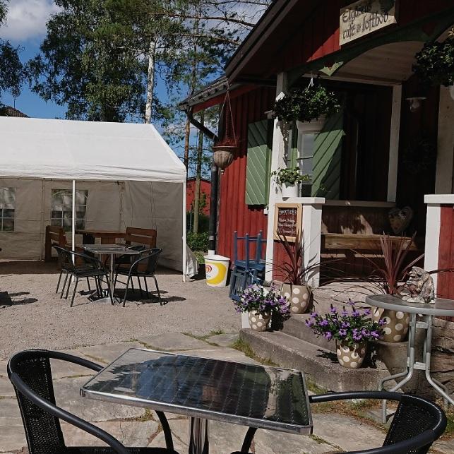 BARNVÄNLIGT - ELGÅSENS CAFÉHär kan man njuta av god mat och en avslappnad miljö där det är lätt hänt att man glömmer både tid och rum.Tips inskickat av: Anton