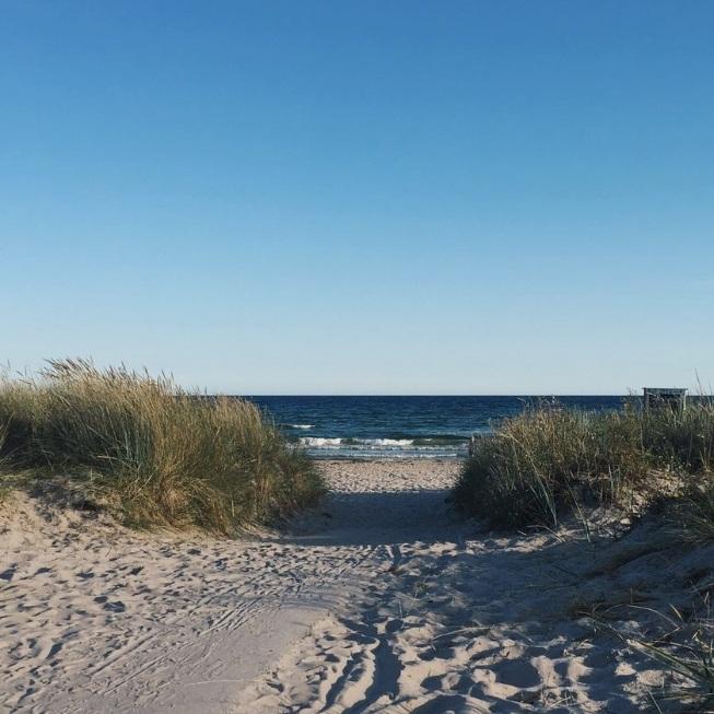 BAD - SUDERSAND, FÅRÖEn lång och vacker strand på Fårö. Under sommaren kan du hyra paddelboard, spela beachvolley eller slå dig ner på Sudersannas Grill & Bar mitt på stranden. Bästa strandhänget på Fårö helt enkelt!Tips inskickat av: https://www.instagram.com/emsandersson/
