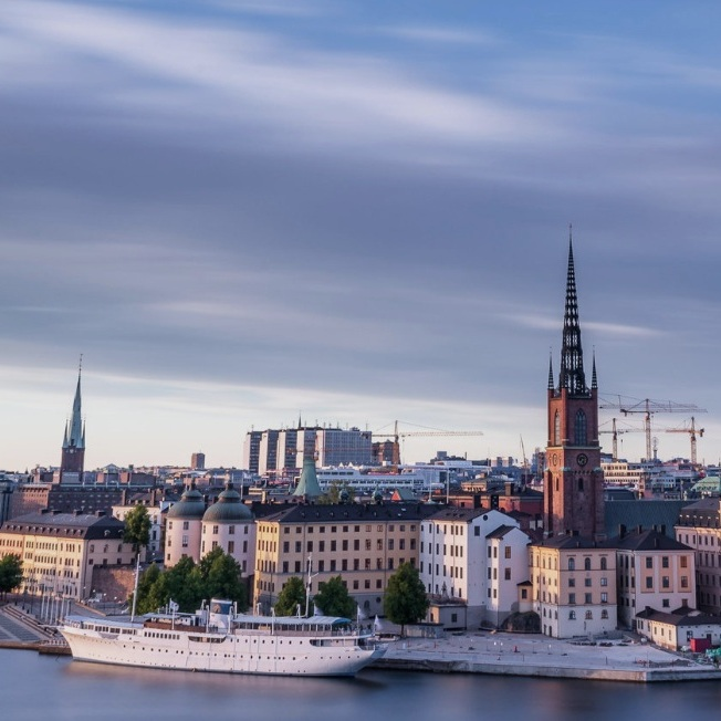 sevärdhet - MONTELIUSVÄGEN, STOCKHOLM CITYStockholms bästa utkiksplats. De flesta har sett bilder härifrån men att besöka platsen och se den med egna ögon är bättre och något vilket alla som passerar Stockholm bör göra. En perfekt plats att se solnedgången på. Ett tips är också att besöka Monteliusvägen i anslutning till regn och hålla tummarna för att solen tittar igenom molntäcket, färgerna över Riddarholmen och Stadshuset blir då helt fantastiska. Tips inskickat av: www.instagram.com/alexeliassonphoto