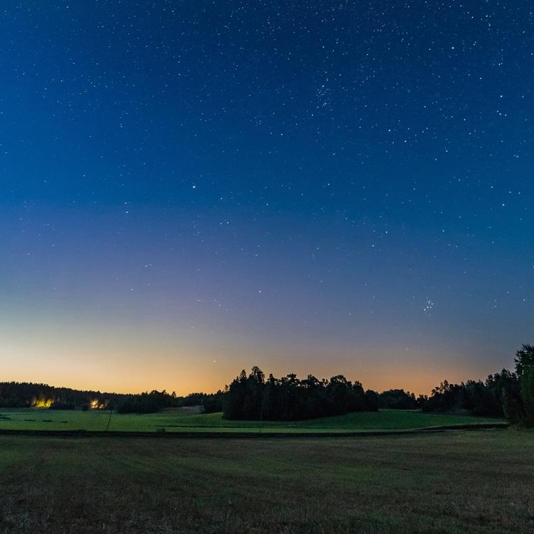 NATUR - MÖRKÖFör den som tycker om att fotografera stjärnor och vintergatan så är Mörkö i Södermanland en perfekt plats. Särskilt i slutet av augusti när kvällarna återigen börjar bli mörkare och har man tur är sensommarvärmen fortfarande kvar. Ta med kamera och stativ och leta upp en plats som inte störs för mycket av ljusföroreningar och fascineras av hur många stjärnor det finns.Tips inskickat av: www.instagram.com/befintligt_ljus