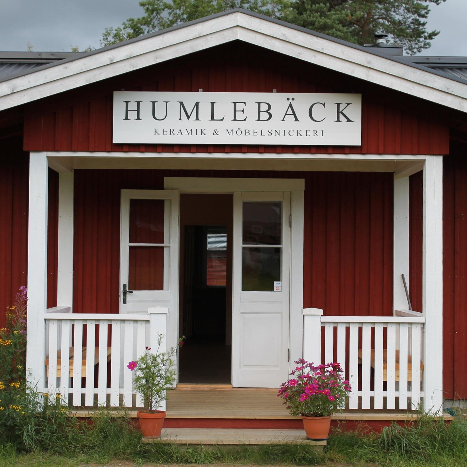 SEVÄRDHET - HUMLEBÄCK, KERAMIK & MÖBELSNICKERIEtt fantastiskt litet besöksmål! Humlebäck Keramik & Möbelsnickeri ligger i Långed strax norr om Nordmaling. Butik och café, två verkstäder med bruksföremål i keramik och trä.Tips inskickat av: Visit Umeå
