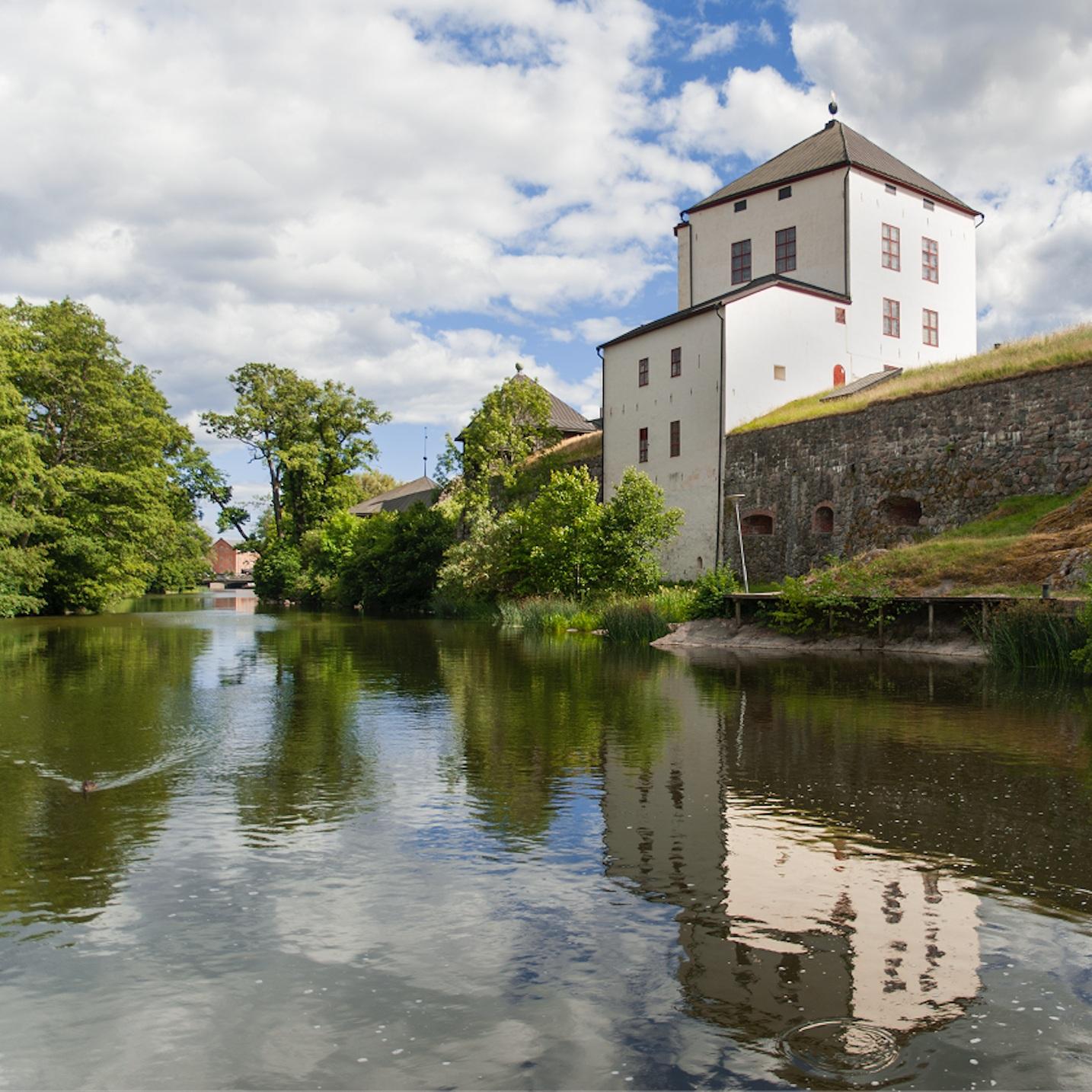 SEVÄRDHET - NYKÖPINGS HUSNyköping är en av Sveriges äldsta städer med Nyköpingshus som landmärke. Här kan hela familjen ha kul, se utställningar och lära sig om svensk historia. Den yttre borggården är öppen alla dagar på året, sommartid kan du gå upp i Kungstornet, lära dig om kungar och se dolkar och svärd. Nyköpings hamn, en oas sommartid perfekt för glasspaus, ligger ett stenkast från slottet.Tips inskickat av: Nyköpingsguiden