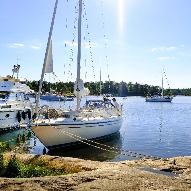 ANNAT - KOM NÄRA SKÄRGÅRDEN UTAN BÅT I STENDÖRRENS NATURRESERVATUtanför Nyköping ligger en av ostkustens vildaste skärgårdar. Vid Stendörren upplever du skärgården utan båt via hängbroarna som tar dig ut på öarna till öppen havsutsikt! Här kan du bada från klipporna, vandra på vandringsleder och besöka ett naturum där du lär dig allt om Östersjön.Tips inskickat av: Nyköpingsguiden