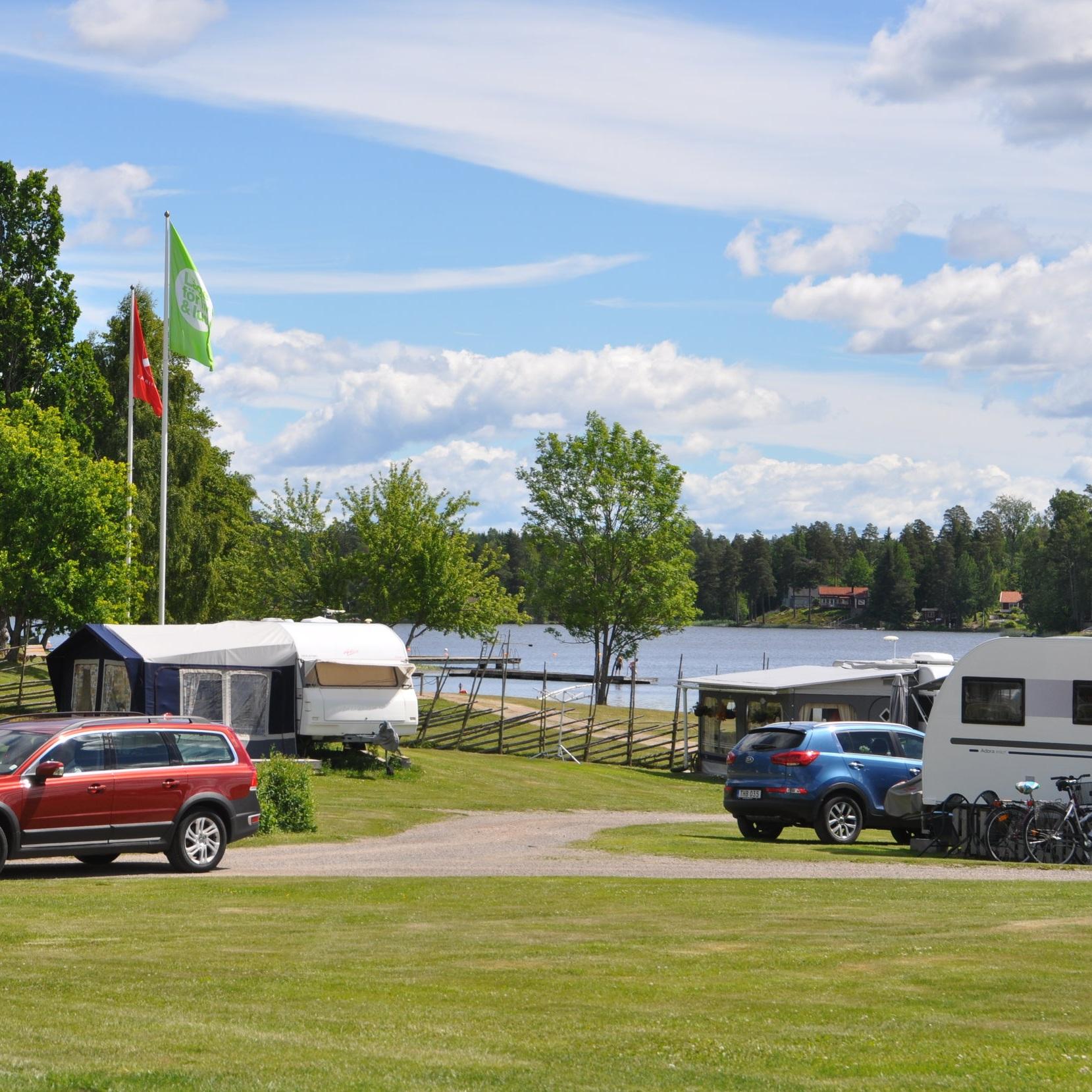 Barnvänligt - DJULÖBADETS CAMPING OCH STUGBYFamiljecamping med närhet till stad och natur. Här kan du hyra kanot/Canadensare, kajak, båt och cykel. Kanske besöker barnen 4H-gården eller så spelar ni alla minigolf.Inskickat av: Visit Katrineholm