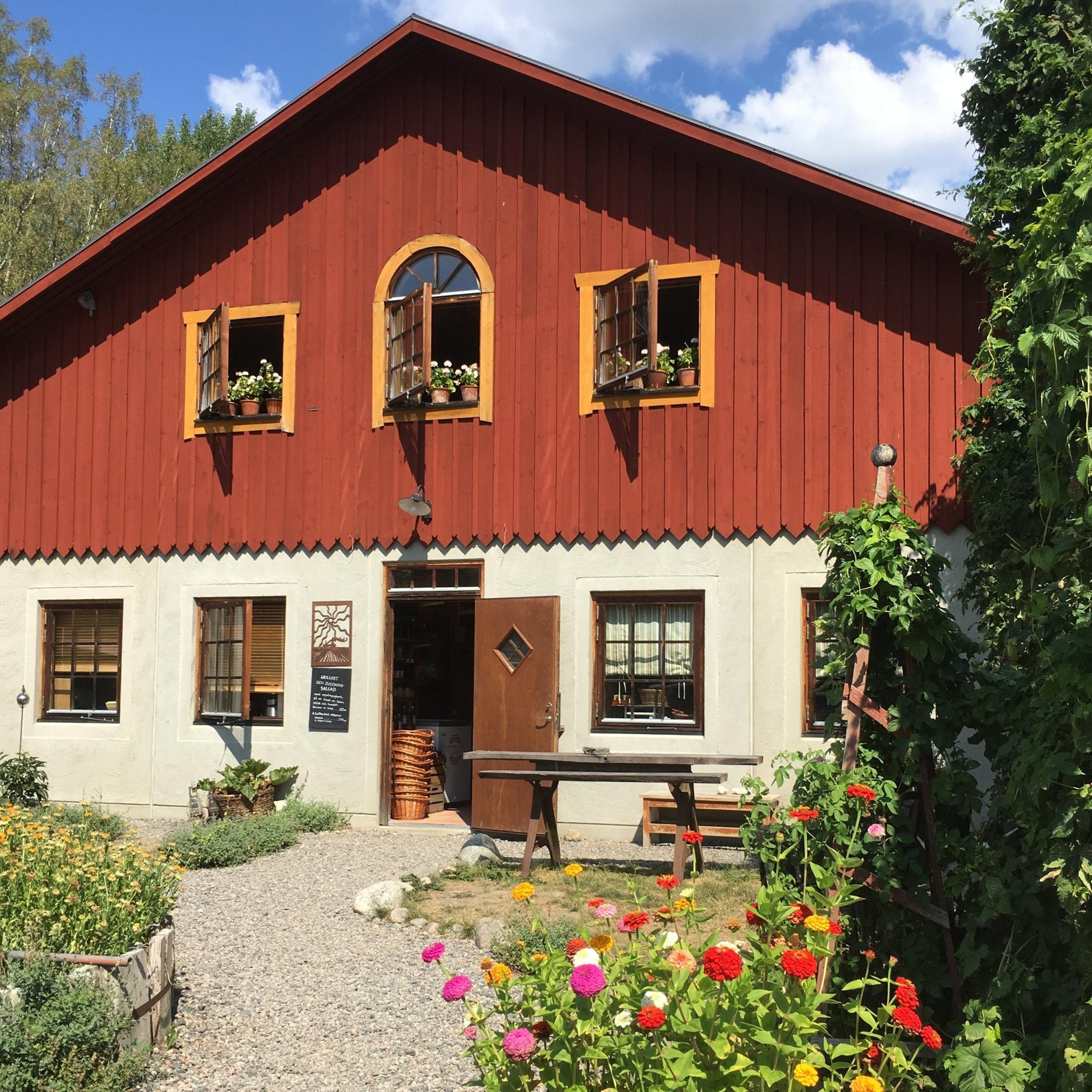 ANNAT - ÄNDEBOLS GÅRDÄndebols gård är ett litet lantbruk 2 mil utanför Katrineholm. Här ett växthus där vi odlar tomater och gurka, samt en gårdsbutik med närproducerade och ekologiska produkter. Vi som driver denna gård vill bevara ett litet lantbruk och driva det ekologiskt och småskaligt, på ett sätt som inbjuder till besök och till reflektion över hur maten kommer till.Inskickat av: Visit Katrineholm