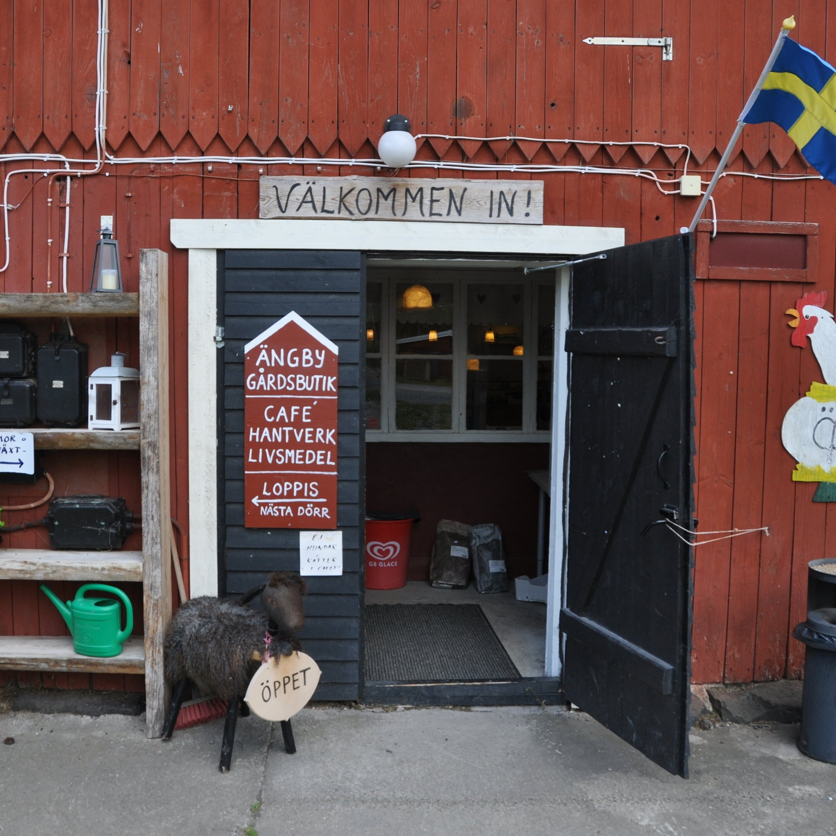 BARNVÄNligt - ÄNGBY GÅRDÄngby är en bondgård i Björkvik. Här kan du träffa lamm, ponnyer, kalvar, hönor, katter och hundar. I gårdsbutiken finns tovade produkter av fårull samt hela fårskinn. Gården har ett bageri och café under sommaren.Inskickat av: Visit Katrineholm