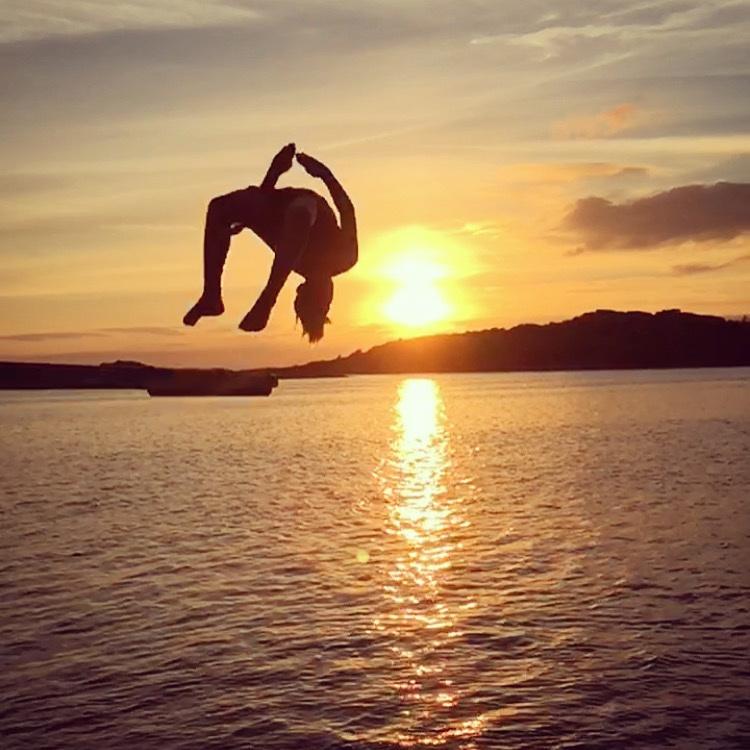 Bad - HUNNEBOSTRAND - HOPPTORN FÖR DEN MODIGEFantastiskt bad för den modige, hopptorn rakt ner i havet... allt från trampolin och 2 meter till toppen av tornet som mäter 10 meter... rakt ner i plurret!Tips inskickat av: Mikael Karlsson