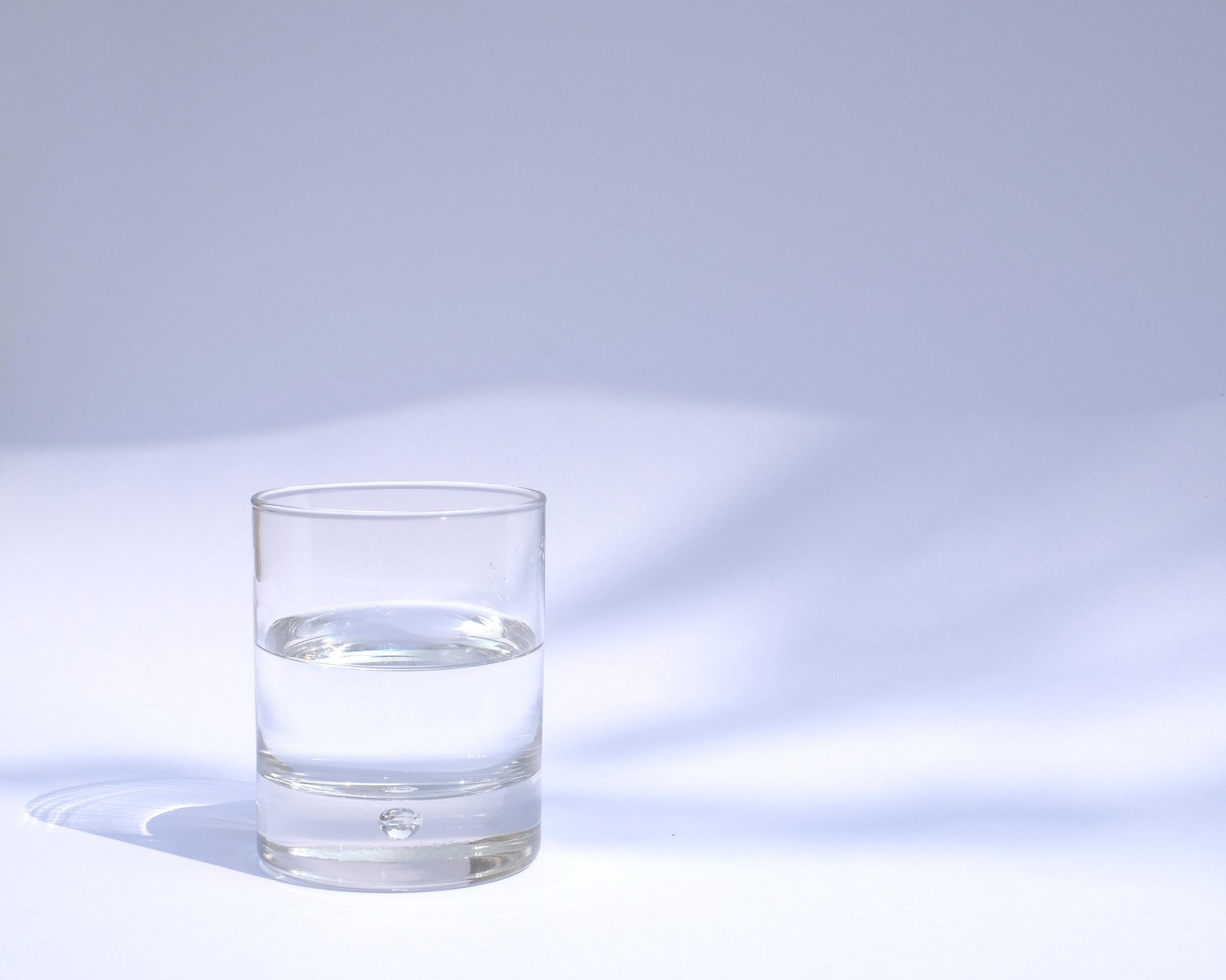 PITTA - RUOKA - Kiinnitä huomiota maksaan. Vältä kofeiinia, alkoholia ja pikaruokaa. Liian maustetut ja happamat elintarvikkeet eivät sovi pittalle ja lisäävät lämpöä tuliseen doshaasi.Juo paljon vettä. Erityisesti lämmin vesi puhdistaa kehon.