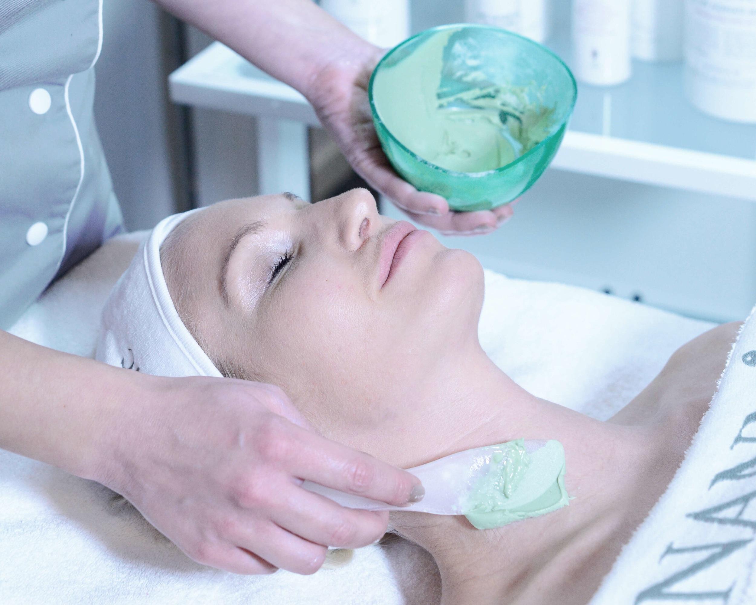 MITÄ HOIDETAAN? - Nannic Premium radiofrekvenssillä saamme tuloksia seuraavissa ihon haasteissa: ihon veltostuminen, kasvojen valahtaminen, poskipäiden valahtaminen, kaksoisleuka, hamsterinposket, silmäpussit, juonteet, rypyt, silmänympärysihon juonteikkuus, ihon epätasainen väri, tulehdukset, akne, eloton iho, harmaa iho, couperosa ja rosacea.Hoidolla saadaan myös hyviä tuloksia vartalon ongelmakohtiin kuten selluliittiin ja venymäjälkiin.
