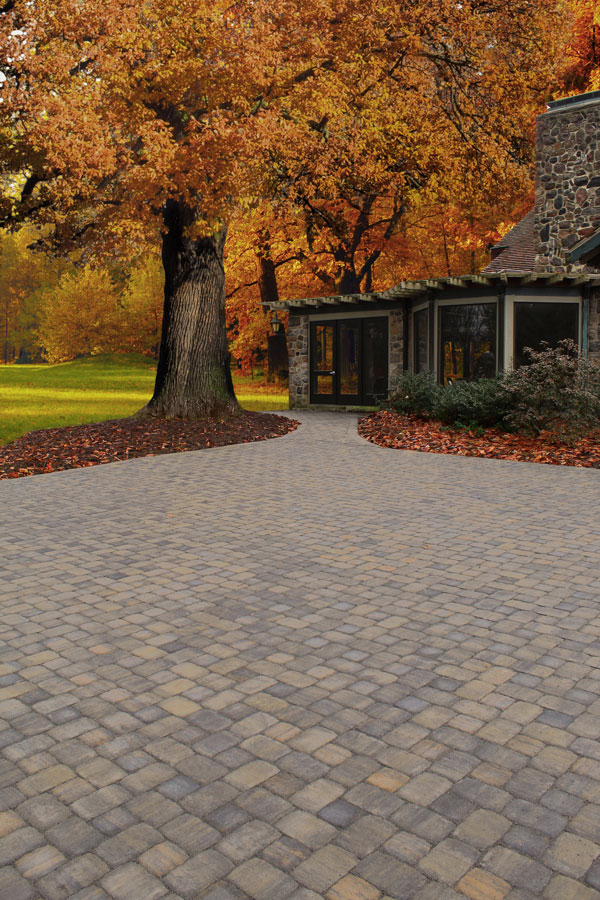 LEXINGTON - Classic cobblestone patterns with squares and rectangles, convey the southern charm that make Oberfields Lexington pavers a beautiful, simple statement to any outdoor space. Incorporate a circle to define seating areas or fire pits.