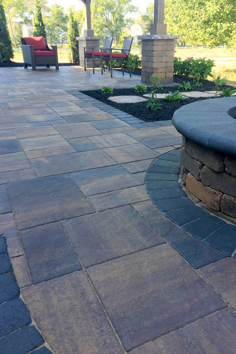 OZARK - Reminiscent of a mountainous region, Oberfields Ozark pavers feature earth tone color blends and a slight slate top texture to add depth of color. This three-piece system gives visual interest to the space with a combination of square units alongside small and large rectangles.