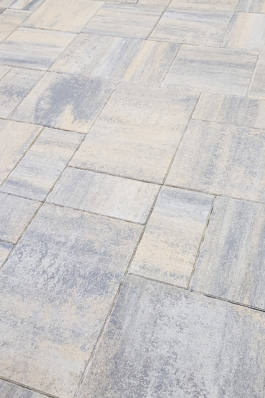MANHATTAN - Smooth and modern, Oberfields Manhattan pavers consist of a three-piece system that mimics the industrial skyline of Manhattan. Either installation pattern accounts for various joints that give way to a smooth, clean appearance.