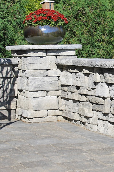 ROSETTA BELVEDERE - Enhance your landscape with the look of natural stone without the waste or expense. Belvedere incorporates the classic look of stone with a natural texture on both its front and back, making it a perfect choice for free-standing walls or columns.