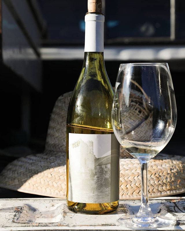 KEEP your weekend going strong with a bottle of this tart and refreshing Picpoul-Grenache Blanc blend from @keepwines😎 👍👍👍