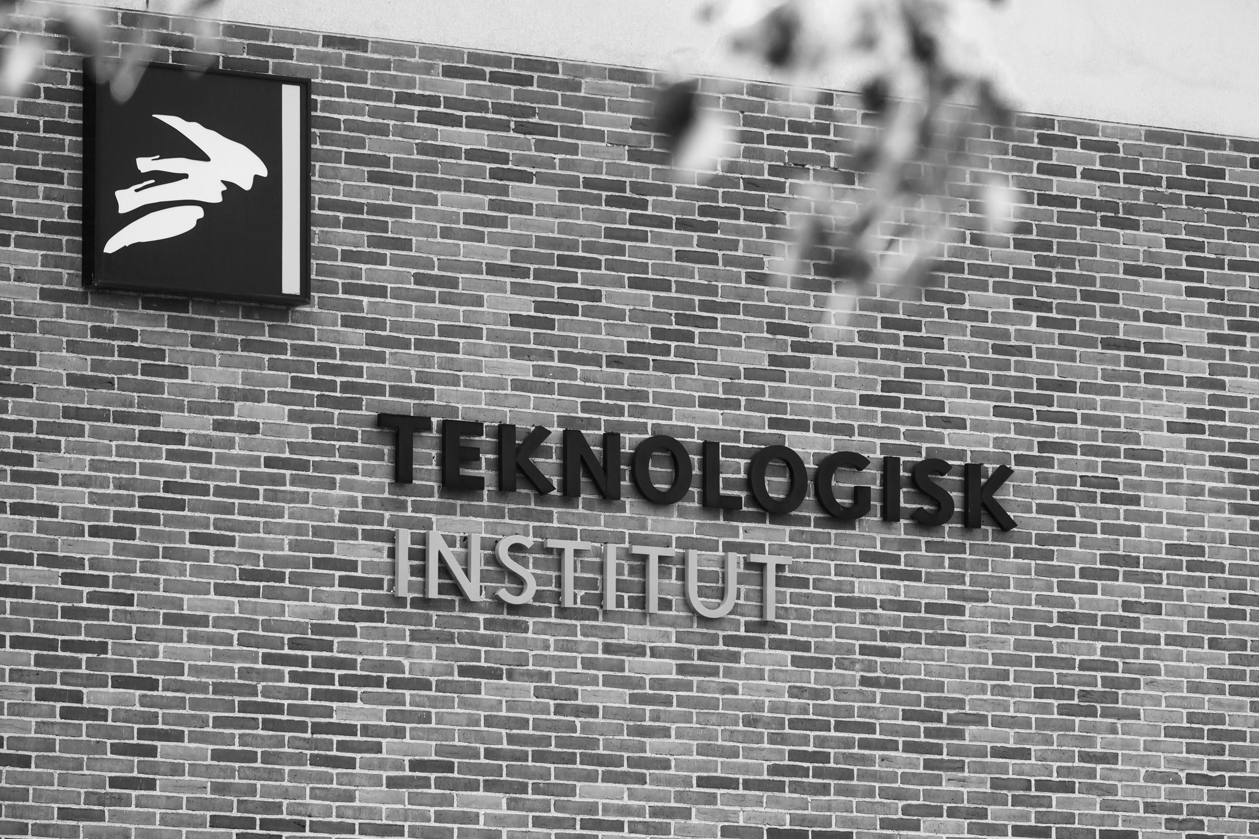 Teknologisk Institut - Teknologisk Institut styrker erhvervslivet i mødet med fremtidens teknologiske og erhvervsmæssige udfordringer, hjælper deres kunder med at udvikle nye teknologier og omsætte viden til værdi.Teknologisk Institut er specialister indenfor produktion og innovation, materialer, life science, energi, fødevarer og meget mere…Med 113 års historik, 70+ laboratorier, 1.000+ specialister, 10.000+ kunder og repræsenteret i 65 lande med 8 danske lokationer er forventningerne til Teknologisk Instituts interne IT høje.Zentura samarbejder tæt med Teknologisk Institut omkring deres IT infrastruktur, som i dag drives på en HCI løsning fra Nutanix og Lenovo.